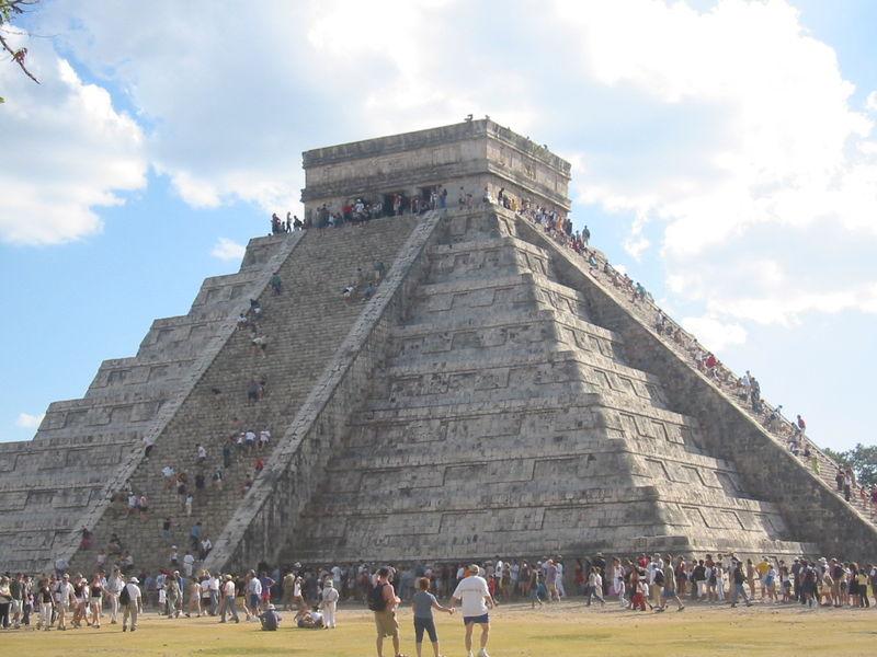 La Pirámide de Kukulcán en la zona arqueológica de Chichén Itzá - cultura maya - Yucatán, México - Patrimonio de la Humanidad — UNESCO (Imagen 4945x3155)