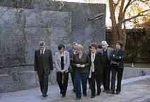 Paseo ante el Muro de Villa Grimaldi