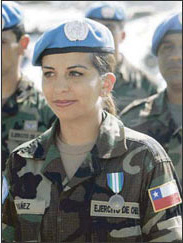 Женщина миротворец из чилийского контингента Миссии ООН по стабилизации в Гаити получает награду