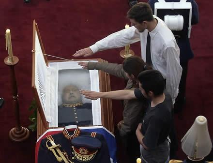 Último saludo nazi a Pinochet de parte de sus correligionarios