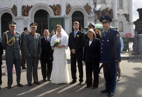 Encuentro casual de casamiento en la catedral ortodoxa del «Cristo Salvador»